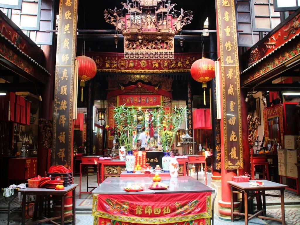 Cuánto cuesta un viaje a Malasia: visitando templos gratis.
