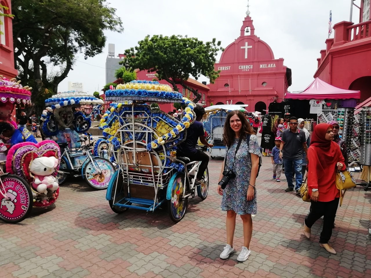 Malasia en 10 días: visita la famosa Dutch Square roja. ¿Qué te parecen los rickshaws?