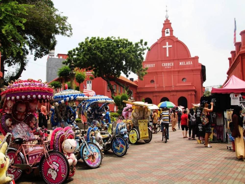 La plaza Dutch Square es la más singular de Malaca por sus edificios rojos.