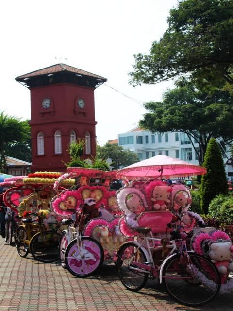 Qué ver en Malaca: la Torre del Reloj y los llamativos rickshaws de Hello Kitty.