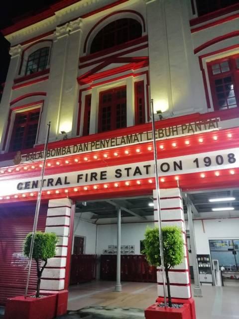 Uno de los edificios más llamativos es la antigua Estación Central de Bomberos.