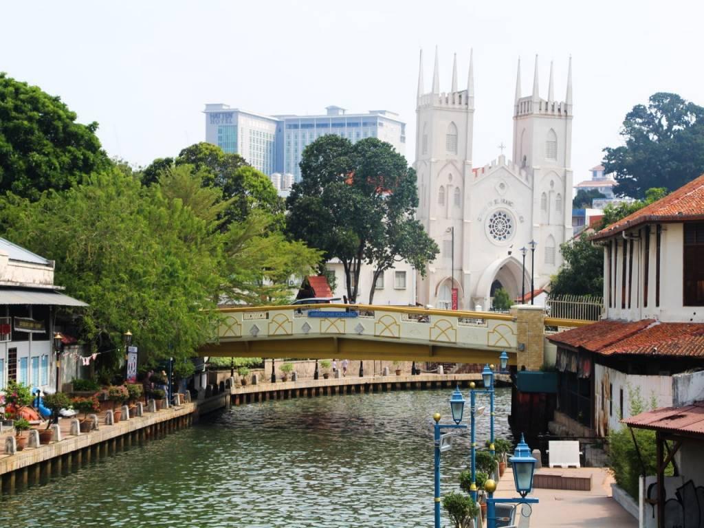 Vistas de la iglesia de St. Francis Xavier desde el río de Malaca.