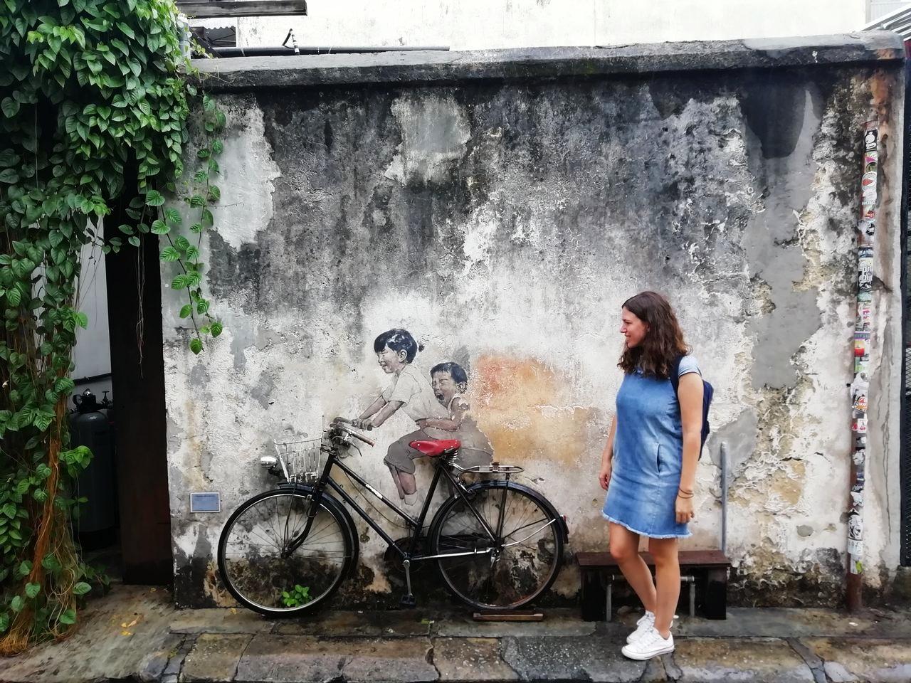 Street art en George Town, Penang: niños en bicicleta.