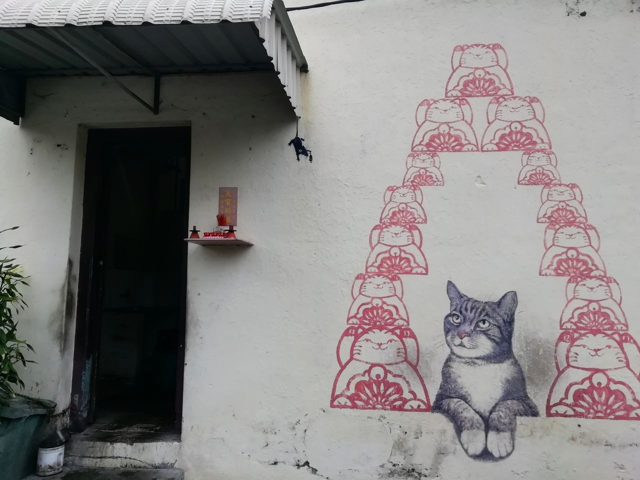 Arte callejero en George Town: Love Me Like Your Fortune Cat.