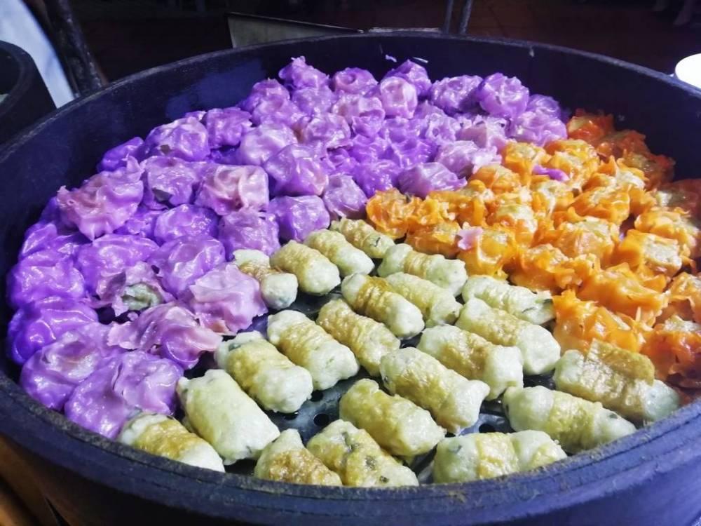Comida multicolor en uno de los puestos del mercado nocturno de Jonker Street en Malaca.