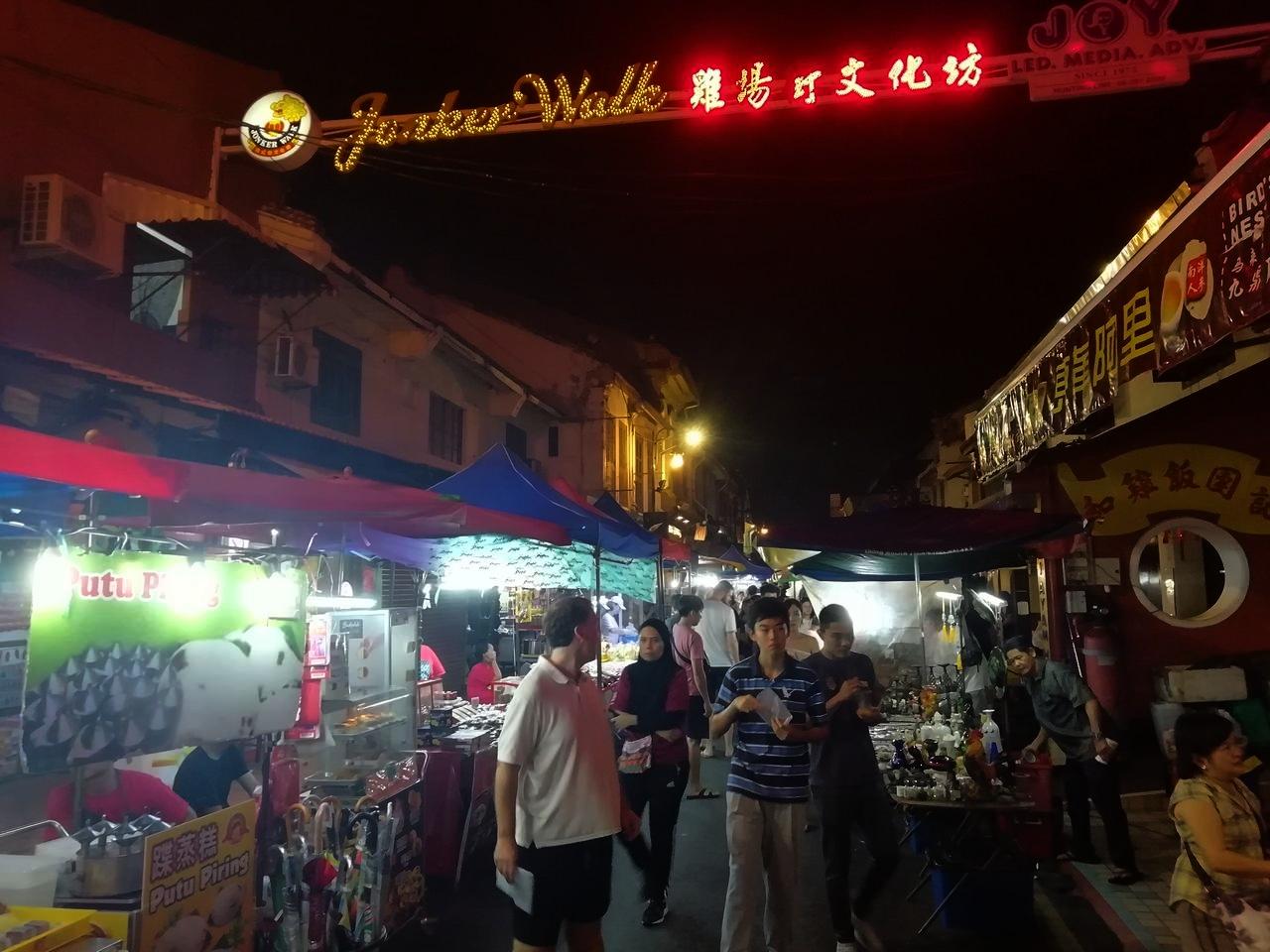 Uno de los mejores planes que hacer en Malaca es recorrer el mercado nocturno de Jonker Street.