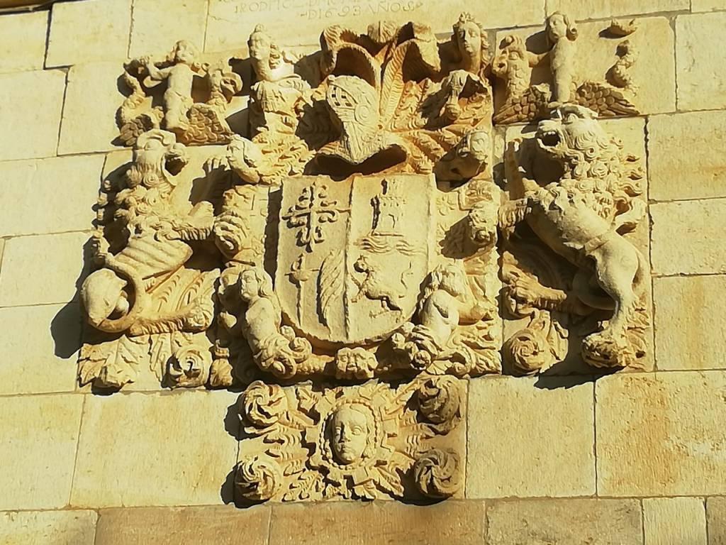 Escudo de 1693 en Olmos de Ojeda.