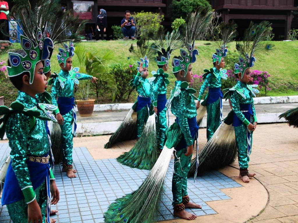 Niños ensayando para un festival en el Palacio del Sultanato de Malaca.
