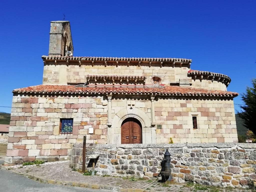 La iglesia de San Cornelio y San Cipriano en Revilla de Santullán es otro de los imprescindibles en tu ruta por el románico palentino.