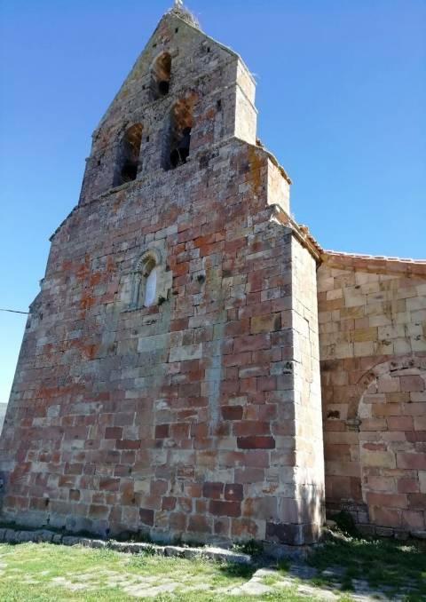 Espadaña de la iglesia de San Cornelio y San Cipriano en San Cebrián de Mudá.