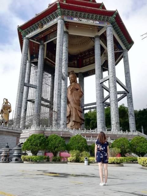 Puede subir en ascensor para ver la estatua de Kuan Yin en el templo de Kek Lok Si.
