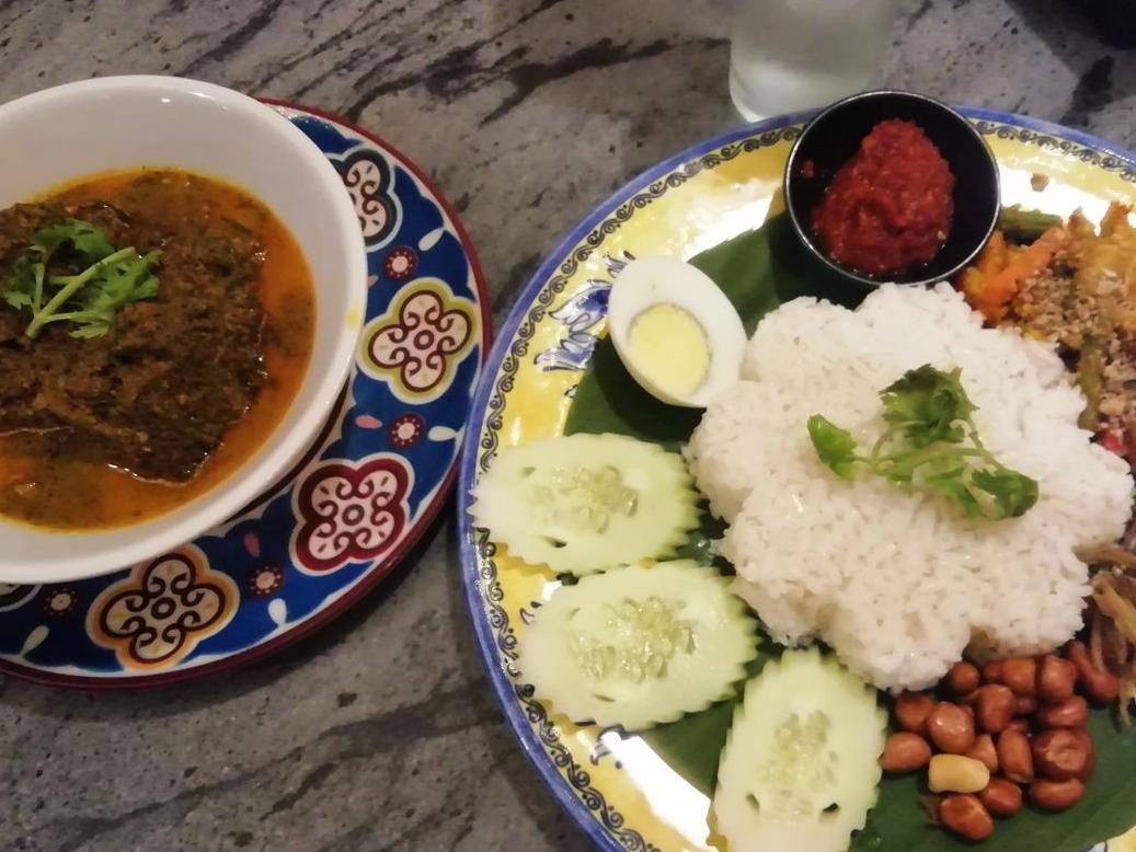 Nasi Lemak con pollo redang, otro plato típico malayo que tienes que probar.