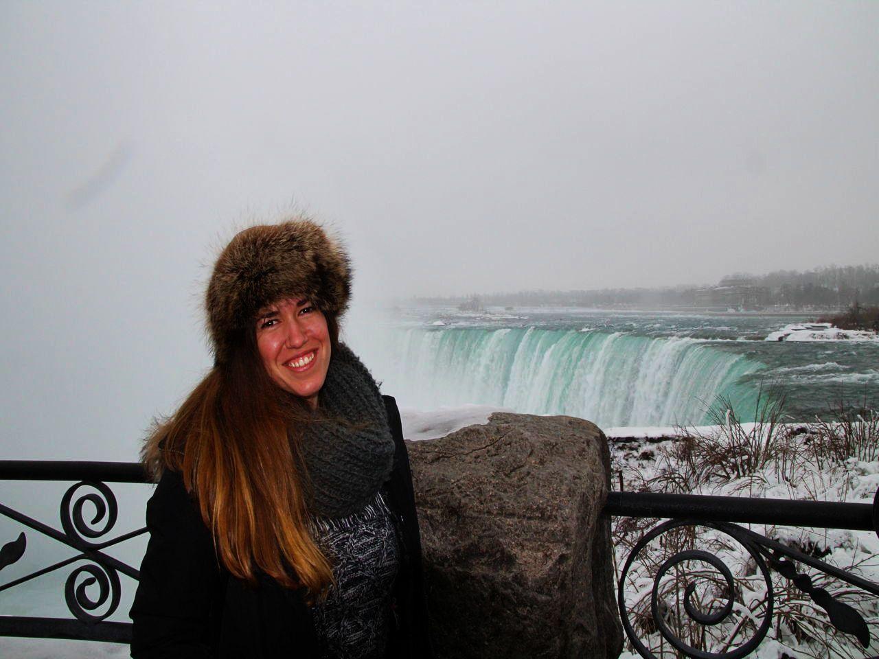 Feliz a pesar del frío que hacía durante mi visita a las Cataratas del Niágara.