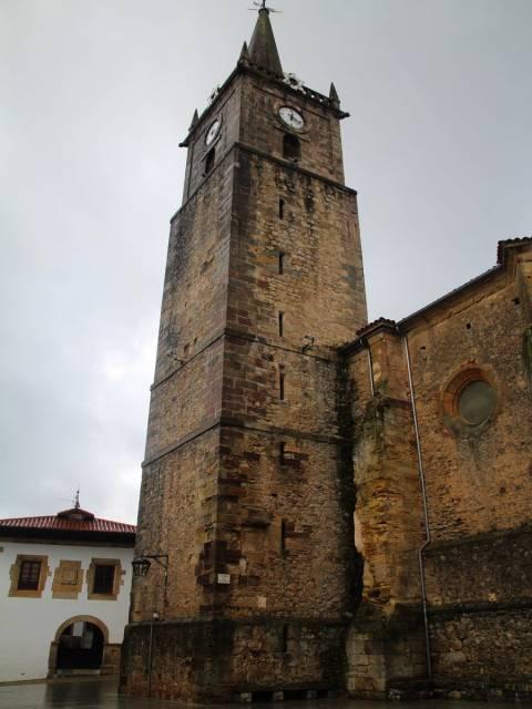 Un plan que hacer en Comillas es pasear por la plaza Corro de Campíos.