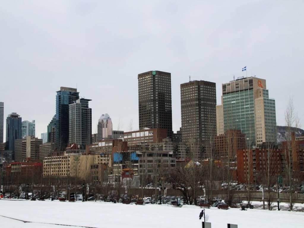 El distrito financiero se impone en Montreal a la nieve que cubre la ciudad.