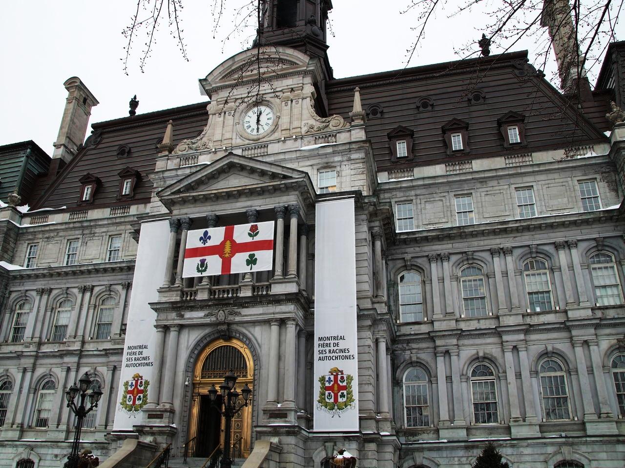 """Hötel de Ville y el cartel que dice """"Montreal, orgullosa de sus raíces autóctonas""""."""