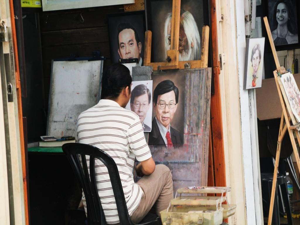 Tienes que ver en Kuala Lumpur en 2 días a los pintores a la entrada del mercado central.