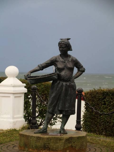 Monumento a las sardineras en el paseo marítimo.