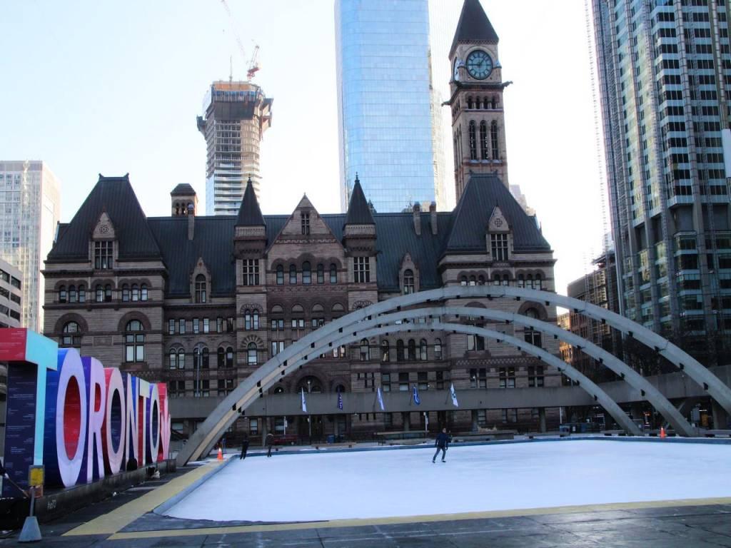 Si viajas en invierno a Toronto, te recomiendo patinar sobre hielo en Nathan Philips Square.