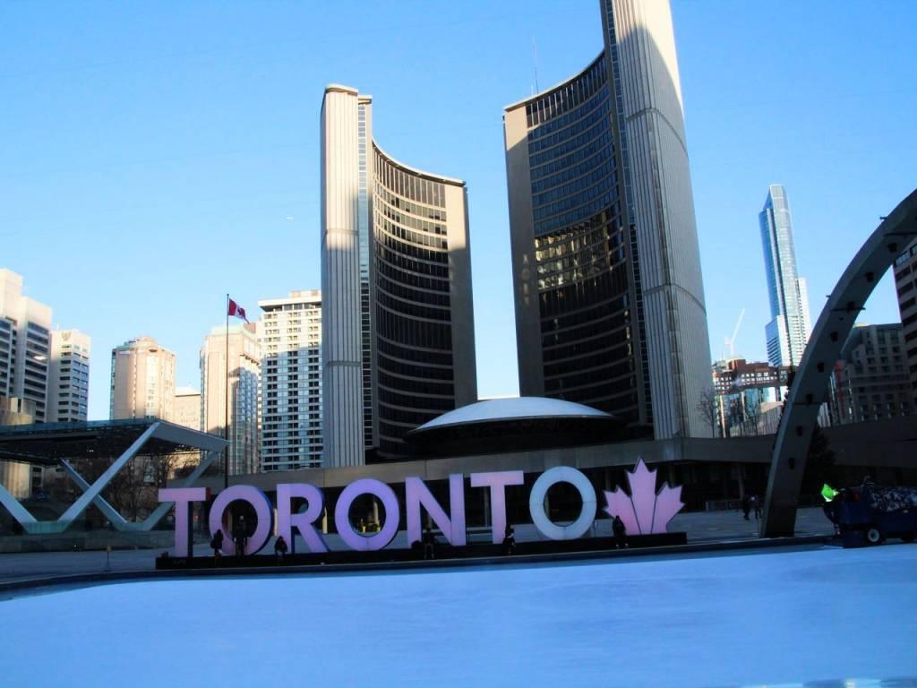 Letras luminosas de Toronto en la plaza Nathan Philips Square.