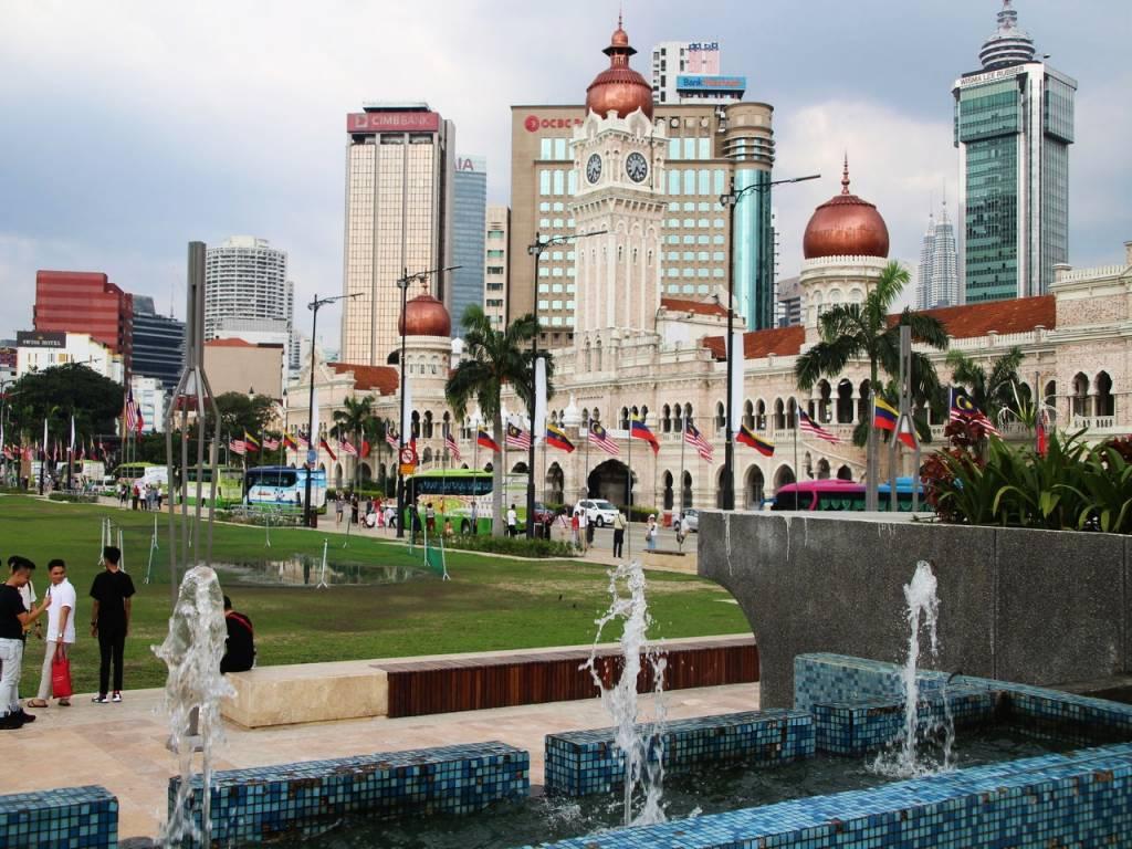 En la Plaza Merdeka se izó la bandera de la independencia de Malasia del Reino Unido en 1957.