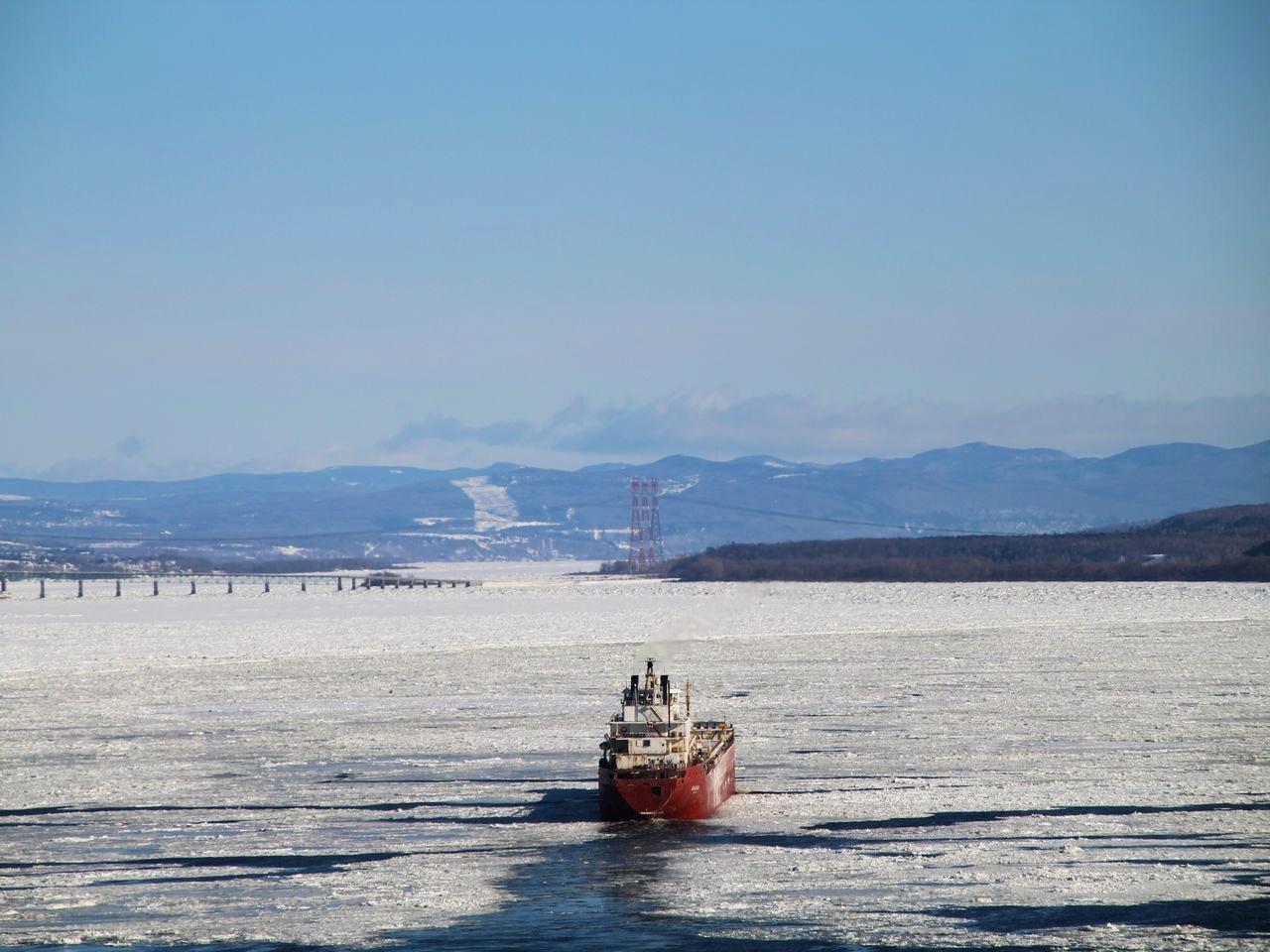 Barco cruzando el río Saint-Laurent de Quebec en pleno invierno.