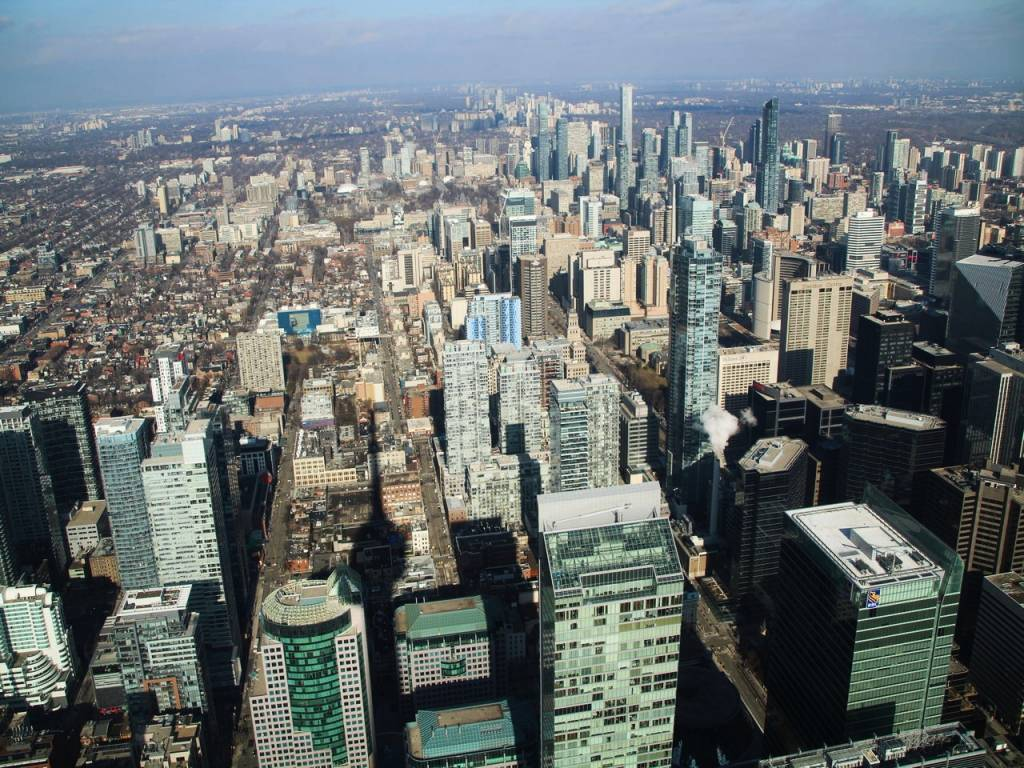 En tu itinerario de 10 días por Canadá no puede faltar subir a la CN Tower en Toronto.