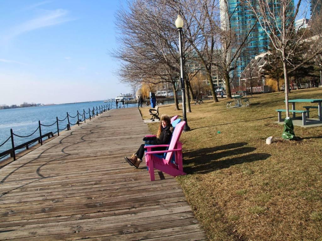 Uno de los mejores planes al atardecer es pasear por Toronto Waterfront.