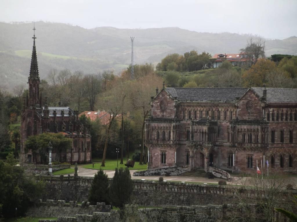 Vistas del Palacio de Sobrellano y la Capilla-Panteón de los Marqueses de Comillas desde la Universidad.