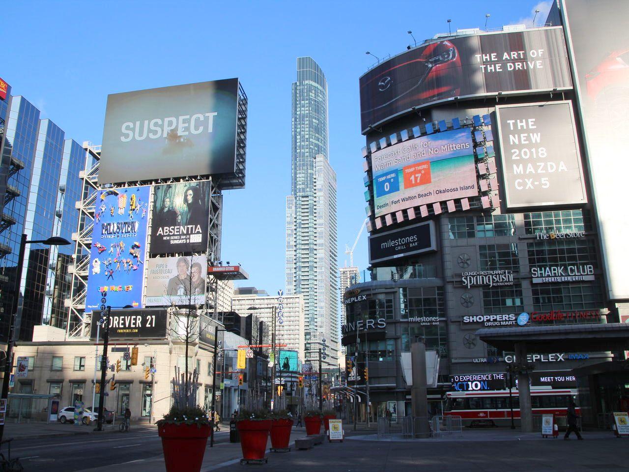 Qué ver y hacer en Toronto: Yonge-Dundas Square y su parecido a Times Square.