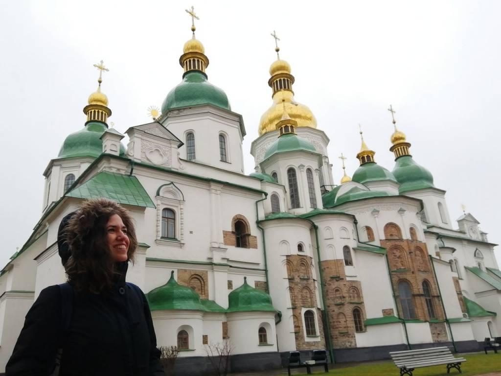 Si viajas a Kiev en Navidad, verás los alrededores de la Catedral de Santa Sofía con adornos navideños.
