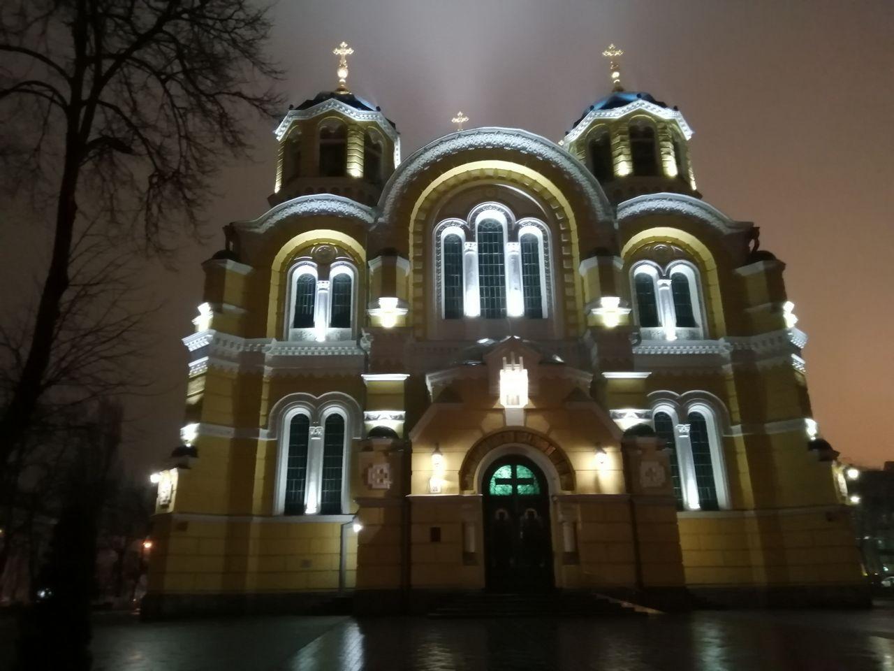 Catedral de San Volodýmyr o Vladimir iluminada por la noche.