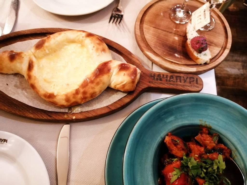 Si quieres probar comida georgiana, te recomiendo Chachapuri Restaurant.