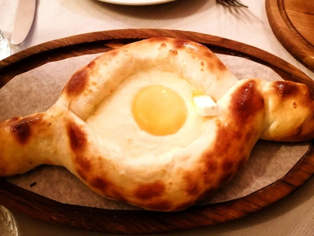 El plato estrella de la gastronomía georgiana es este pan de queso y huevo llamado khachapuri.