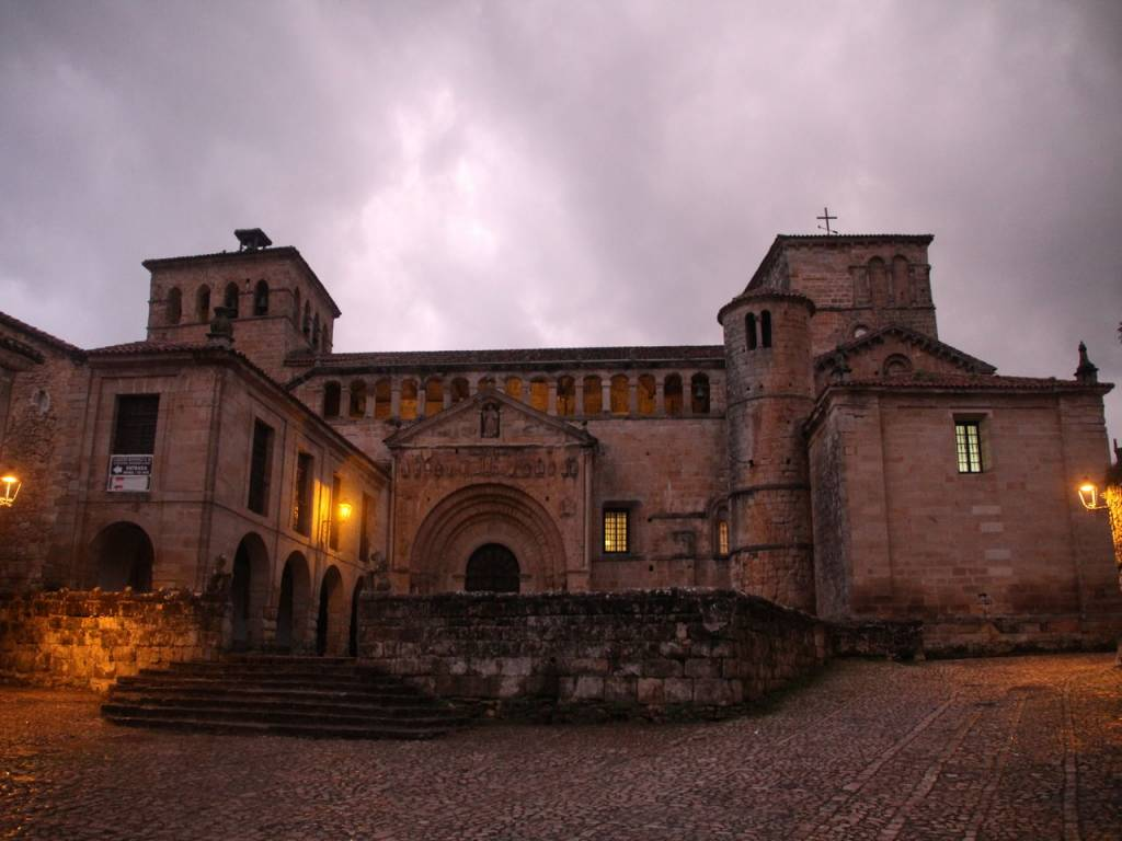 Qué ver en Santillana del Mar: Colegiata de Santa Juliana.
