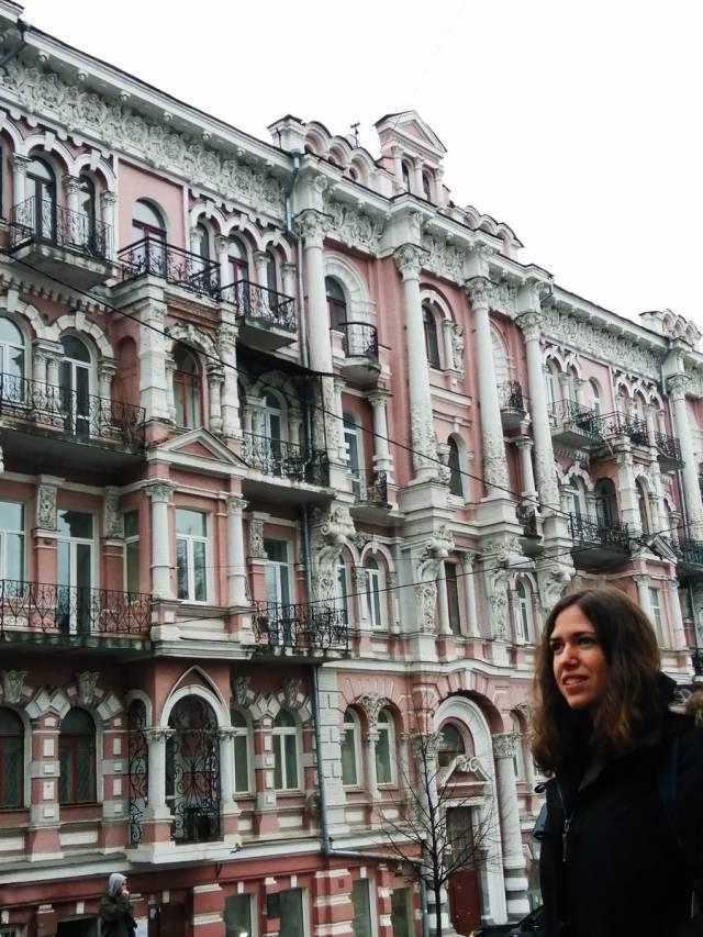 Kiev sorprende por la mezcla arquitectónica de edificios neoclásicos y de estilo soviético.