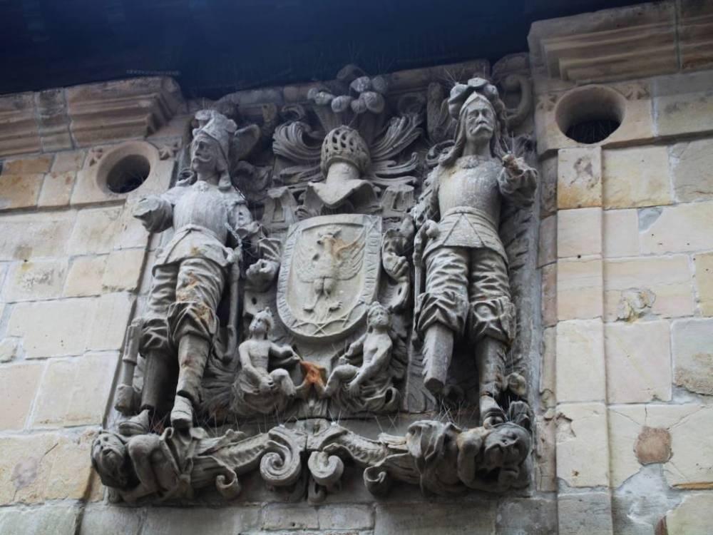 Tienes que ver en Santillana del Mar los escudos en las fachadas del casco antiguo.