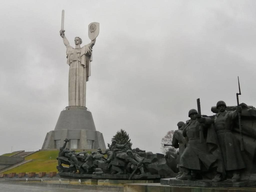 Estatua de la Madre Patria cerca del Museo de la Gran Guerra Patriótica.