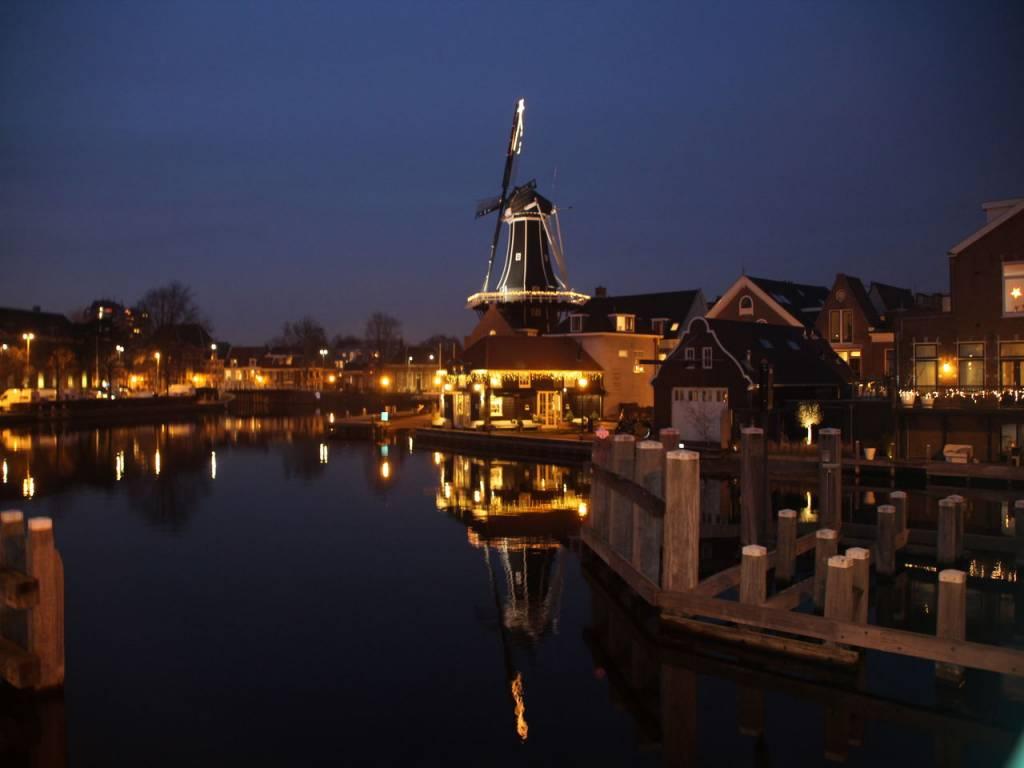 Pasear de noche por Haarlem es un plan perfecto para terminar el día.