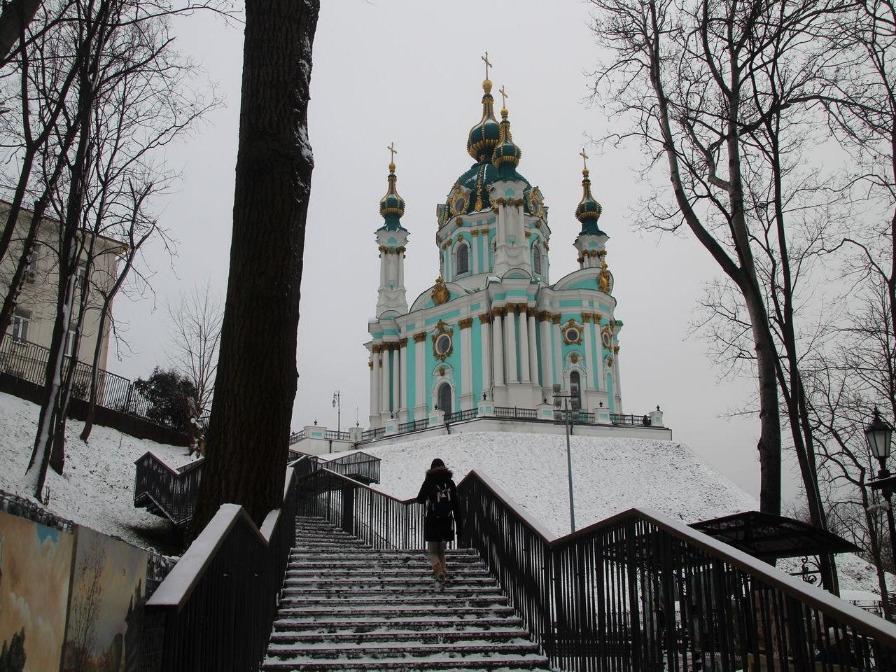 No te vayas sin subir por esta escalinata con la iglesia de San Andrés de fondo.