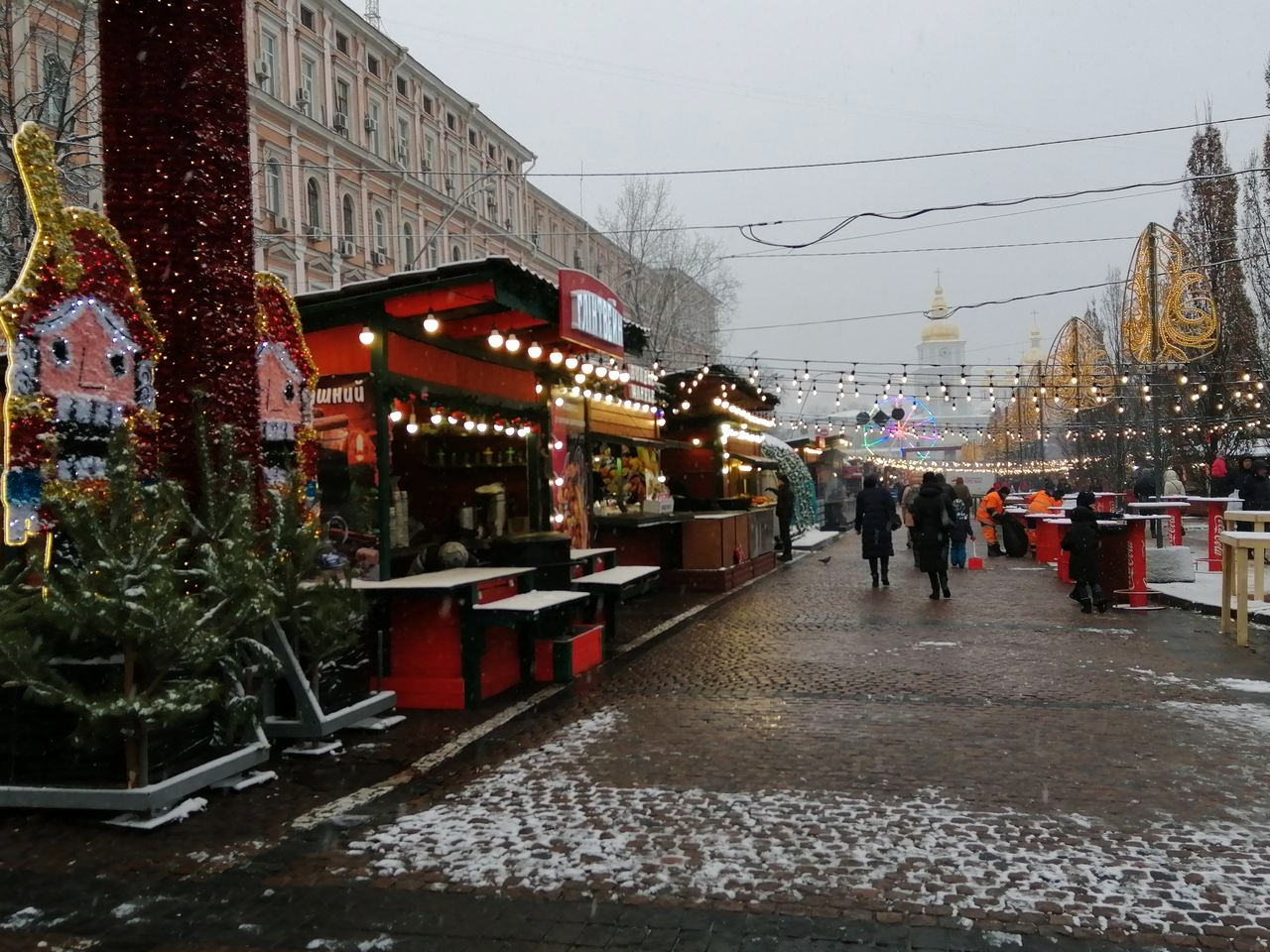 Presupuesto para viajar a Kiev: en Navidad decoran la ciudad así de bonita.