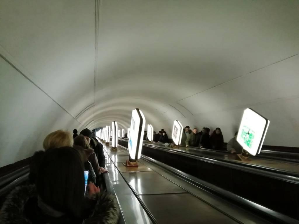 La estación de metro Arsenalna es muy profunda, con varios tramos de escaleras mecánicas.