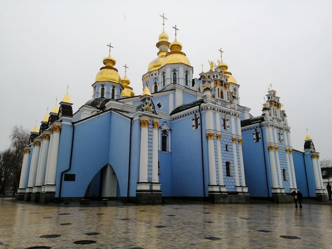 Viendo esta Catedral, entenderás por qué a Kiev se le conoce como la ciudad de las cúpulas doradas.