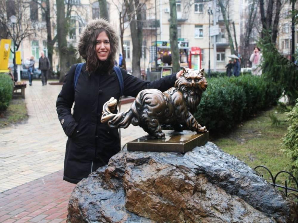 El gato Panteleimón junto a la Puerta Dorada en Kiev.