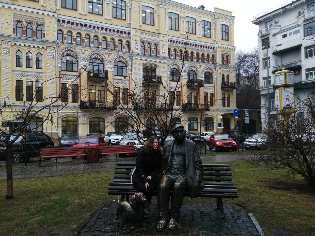 Escultura del actor ucraniano Mykola Yakovchenko y su inseparable mascota en la plaza de Iván Franko.