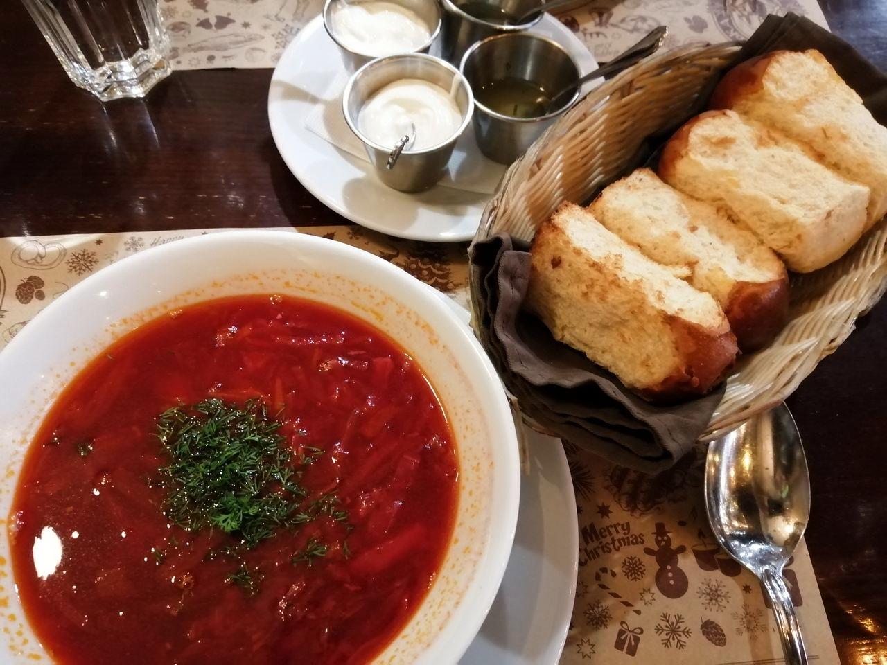 El plato más típico de la gastronomía en Kiev es el borsch, la sopa de remolacha.