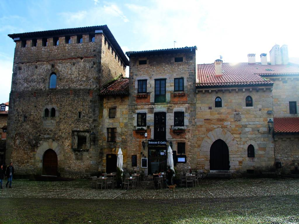 La Torre del Merino, del siglo XIV, es otro imprescindible que visitar en Santillana del Mar.