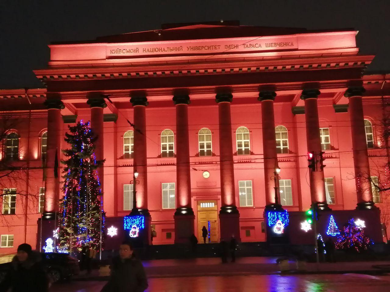 El edificio más antiguo de la Universidad de Kiev tiene una fachada roja muy llamativa.