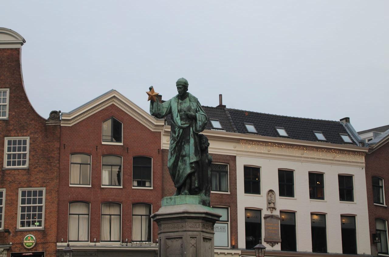 Estatua de Laurens Janszoon Coster, inventor de la imprenta de tipos móviles.