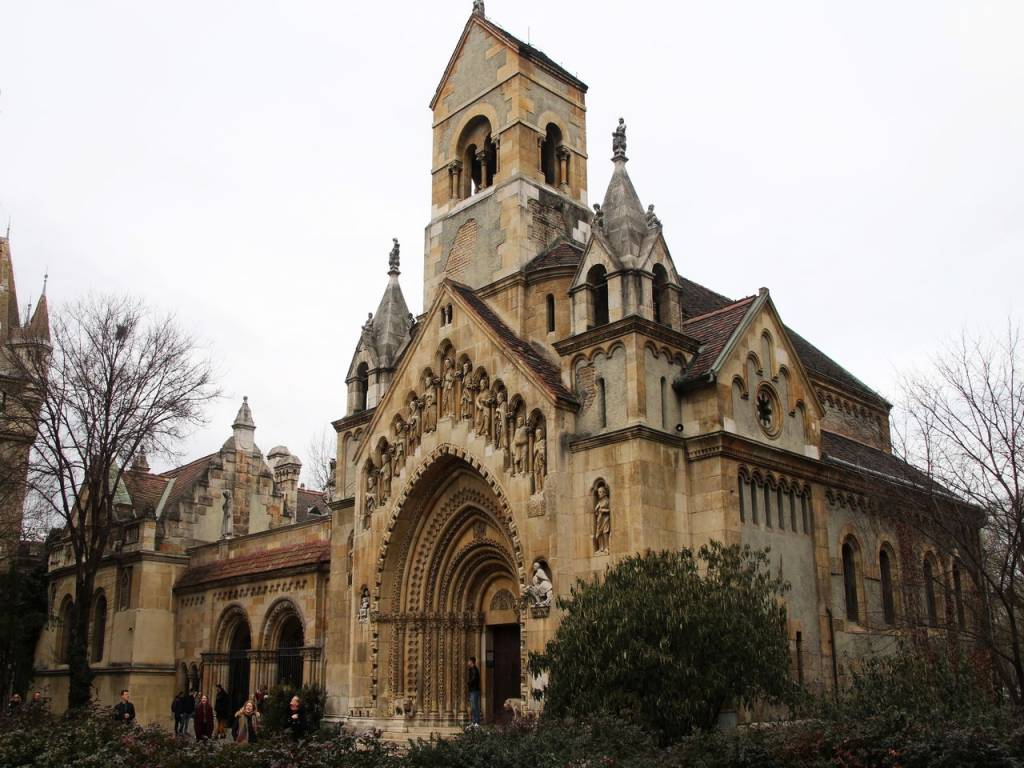 Iglesia románica de Jak en el City Park o Parque de la Ciudad.